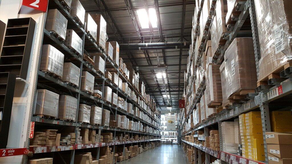 倉庫の中の棚