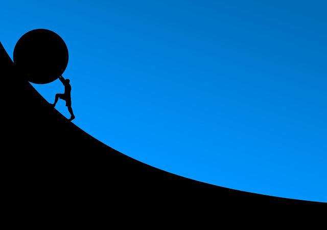岩を持ち上げている人