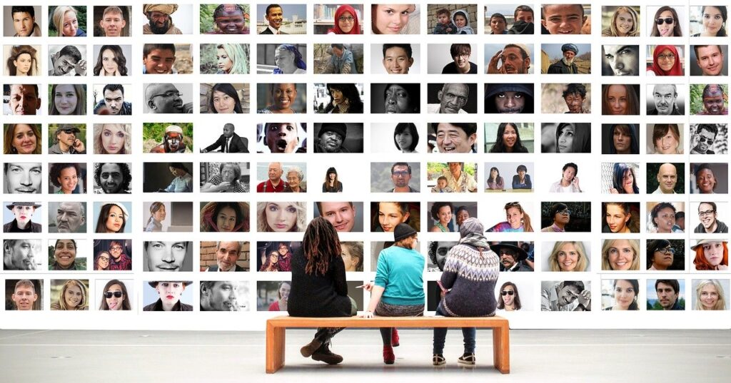 たくさんの人たちの顔写真