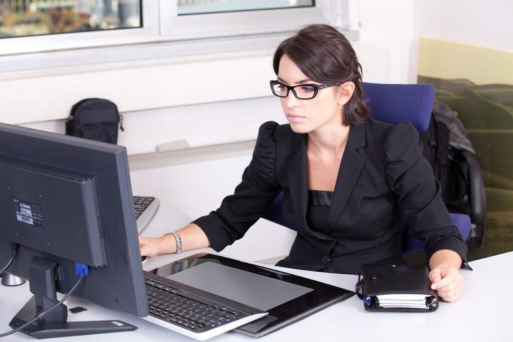 メガネをかけてパソコン作業する女性