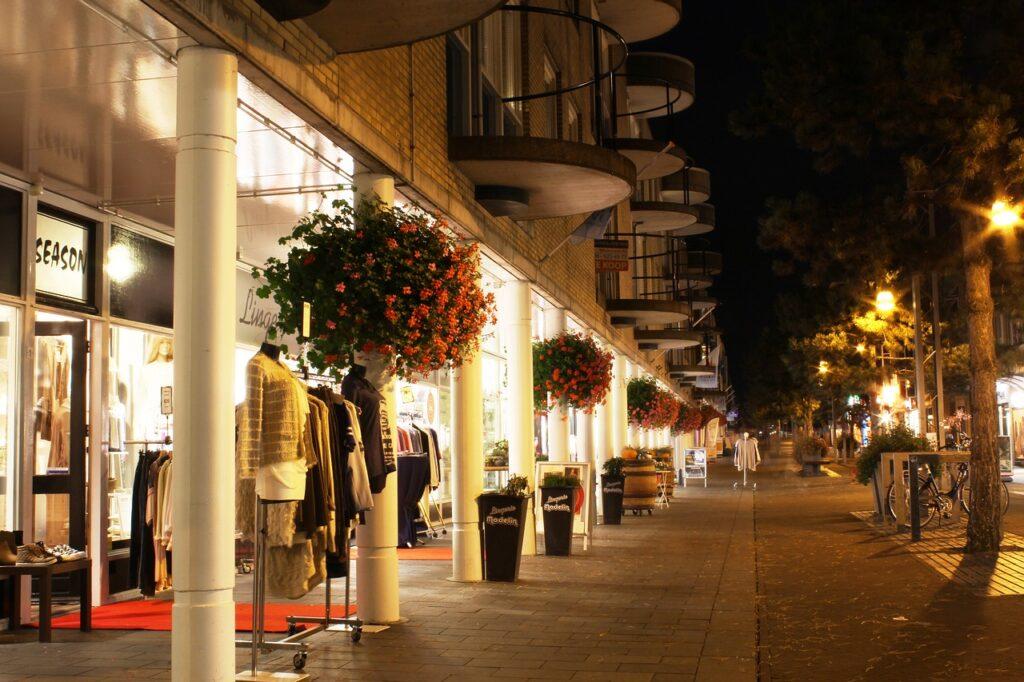 夜のオシャレな商店街
