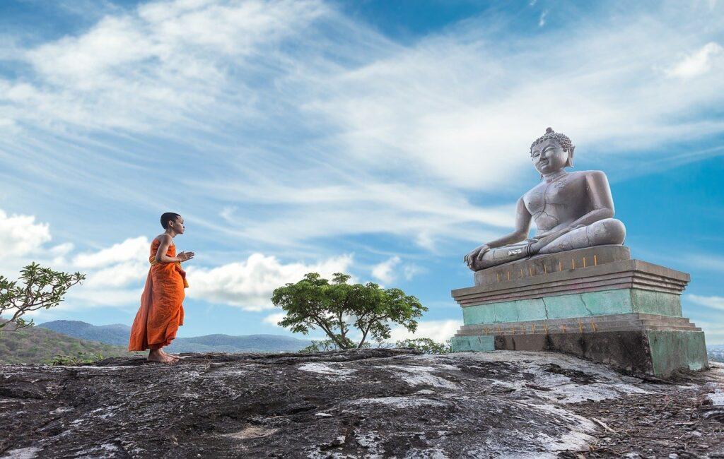 仏像を拝む人
