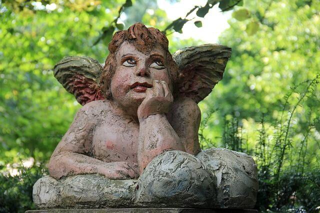 考えている天使