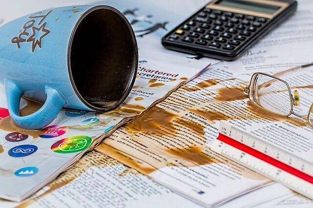 大事な書類にコーヒーをこぼしてしまう