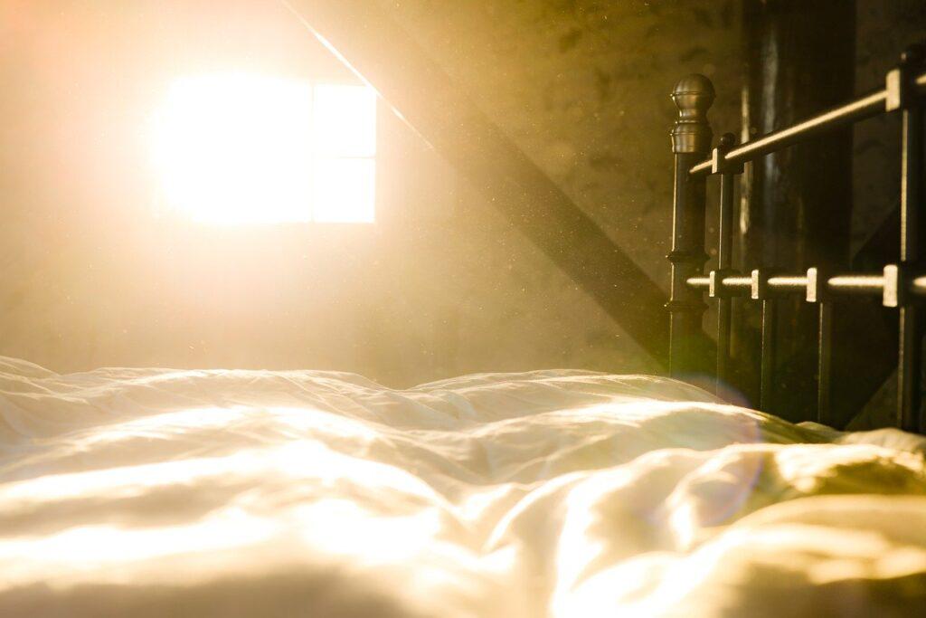 朝日の差し込む部屋