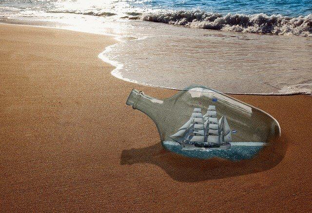 海岸に打ち上げられたビン