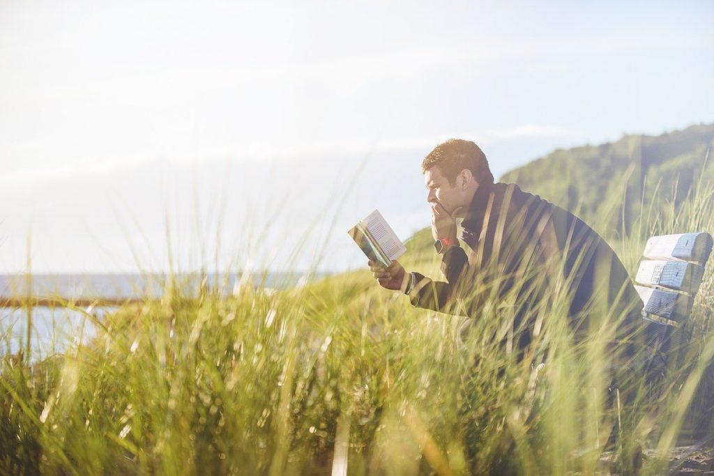 外で本を読む