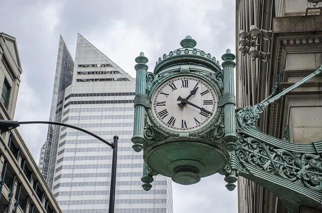 都会の中の時計台