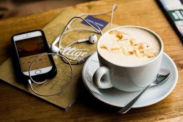 コーヒーカップとスマートフォン
