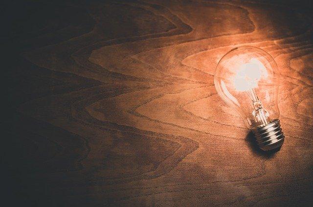 明かりのついた電球