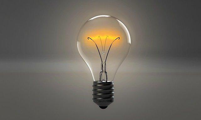 オレンジ色に輝く電球